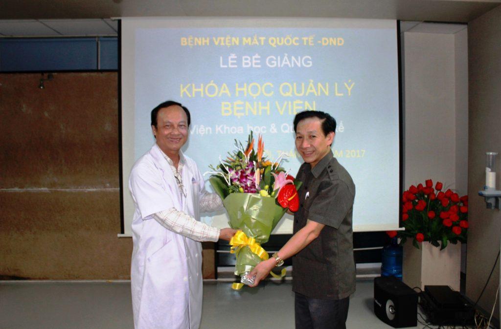 BS. Nguyễn Thành Thái - PGĐ Bệnh viện Mắt Quốc tế DND tặng hoa cho PGS.TS Phan Văn Tường
